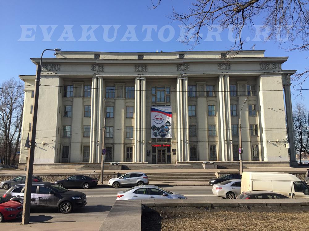 Эвакуаторы дежурят круглосуточно по всему Невскому району.