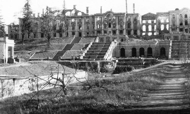 Жесткие авиа удары пришлись на Петергоф в годы войны. Во время авианалетов, горожане всячески пытались укрыть город от вражеских бомб