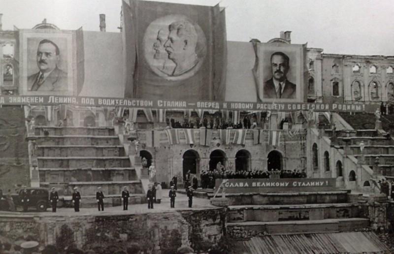 В годы войны Петродворец (Петергоф) сильно пострадал от бомбадировки немецких авиа налетов. Но тем не менее город выдержал тяжелые годы войны