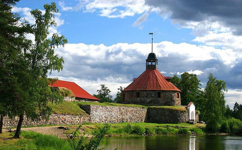 Главная достопримечательность города приозерска - старая каменная крепость Корела